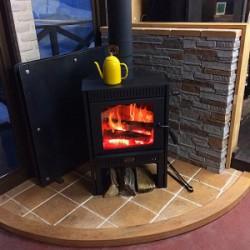 新しい薪ストーブが設置されました。