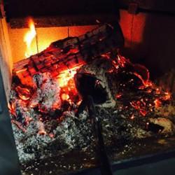 薪ストーブ焚いてます。