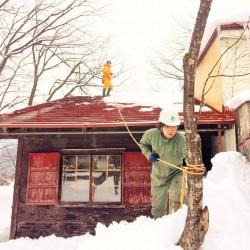 雪の中の煙突補修